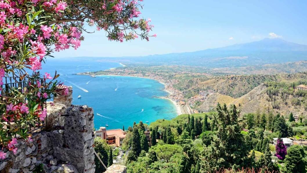 TAORMINA: Utsikt mot havet og vulkanen Etna.