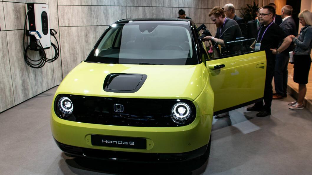 SNERTEN: Lille Honda e har infoskjerm fra dør til dør, rekkevidde på 200 km, og en inngangspris på 266.200 kroner i Norge. Foto: Peter Raaum