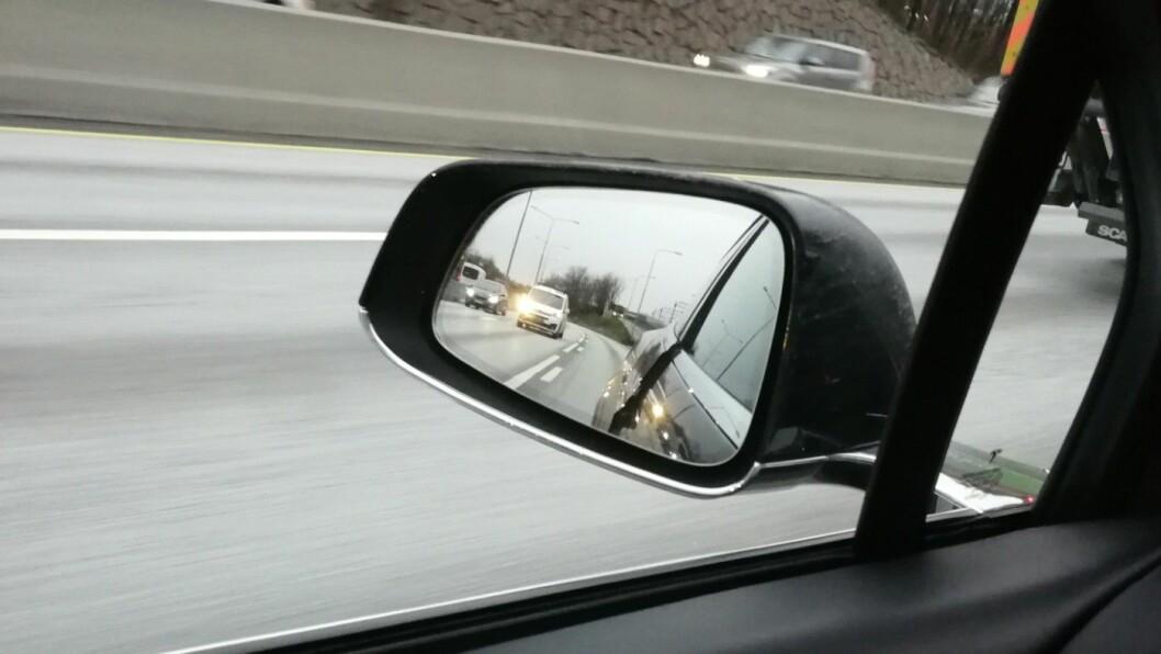 ÅPNER SEG: I fart på motorveien skal venstre bakdør ha åpnet seg. Bilkunden tok selv dette bildet. Foto: Adeel Saeed