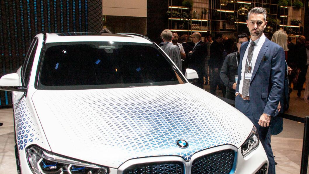 TENK PÅ EN TANK: – BMW kommer med en første modell i X5-format i 2022, og deretter eventuelt for fullt fra 2025 hvis markedet responderer positivt, sier Marius Tegneby, kommunikasjonssjef i BMW Norge, om selskapets hydrogensatsing. Foto: Peter Raaum