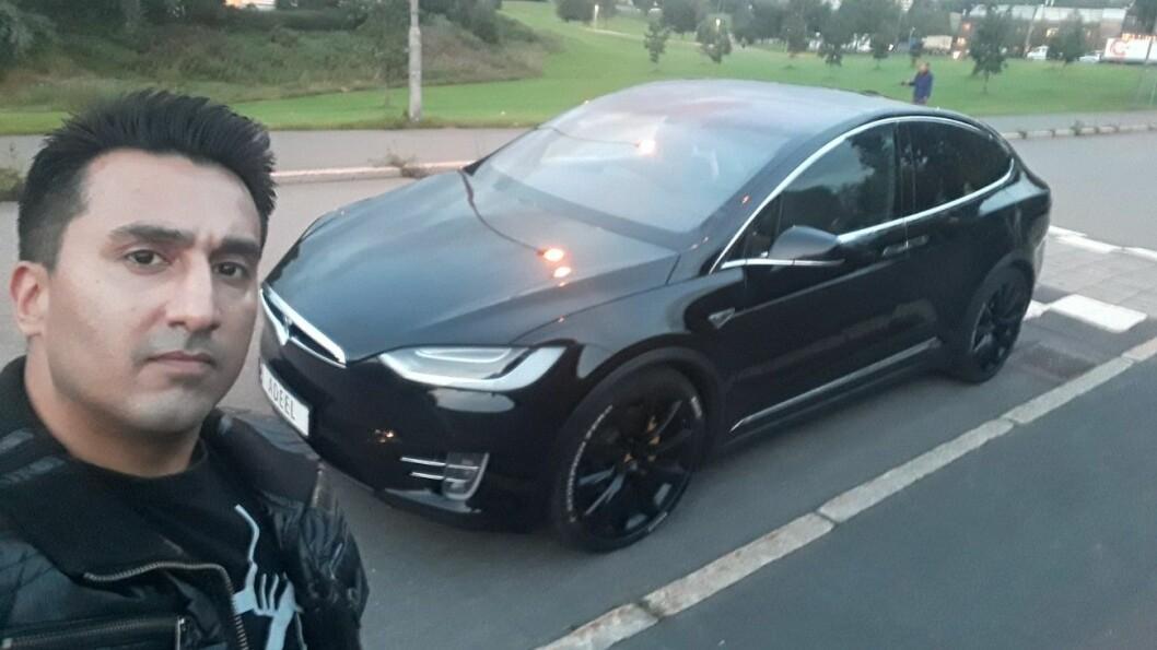 LIKER TESLA: Adeel Saeed er en Tesla-entusiast, når bilene virker. Foto: Privat
