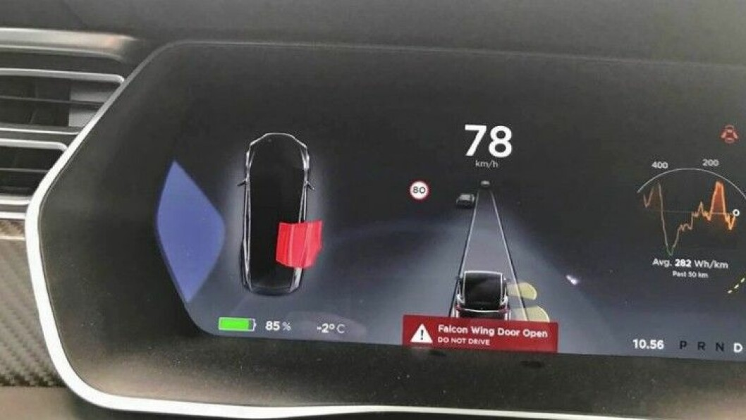 ÅPEN I 78 KM/T: Her viser informasjonsskjermen at høyre bakdør er åpen mens Tesla-eieren kjører i 78 km/t. Tesla-kunden sendte dette bildet til Statens Vegvesen. Foto: Privat