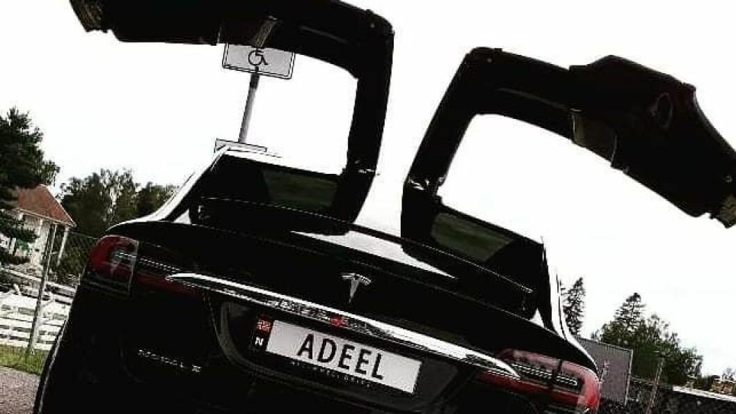 FALCON-DØRER: Her står begge falcondørene åpne, mens bilen til Adeel står stille. Foto: Adeel Saeed