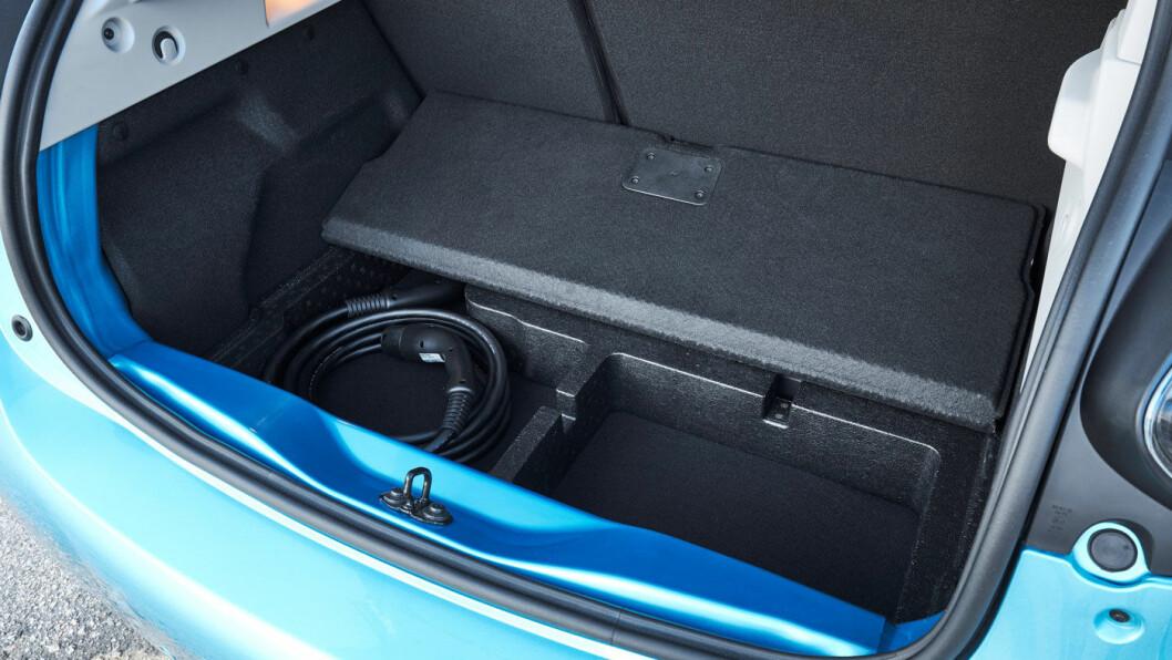 BRA UTNYTTET: Til å være en så liten bil, er plassen i bagasjerommet meget god. Det går litt på bekostning av bakseteplassen, men er en riktig prioritering etter vår oppfatning.