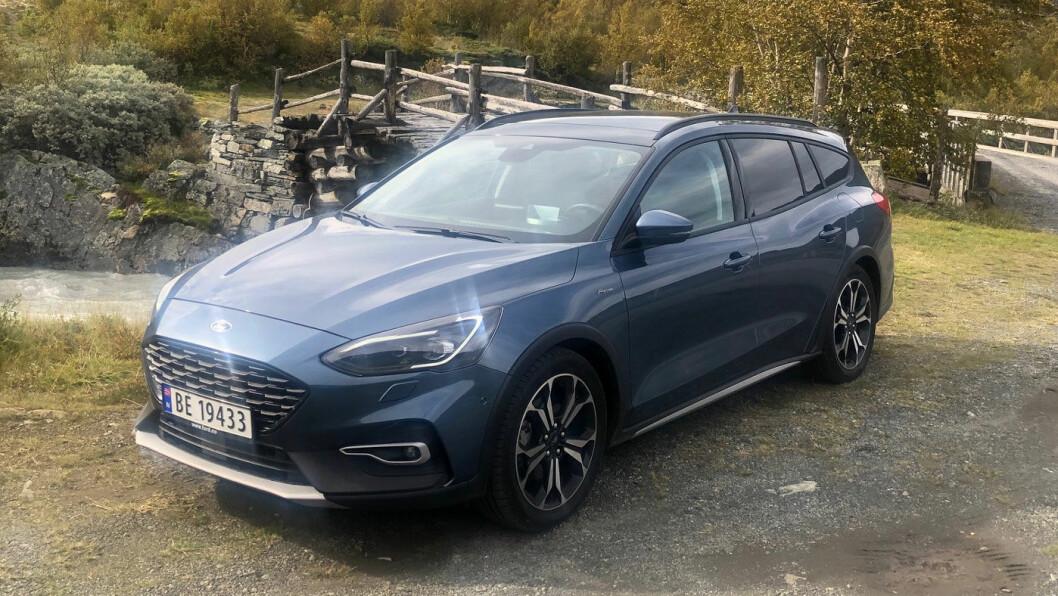 NATURLIG PEN: Ford Focus Active har fått litt terrengeffekter, men er fortsatt en bil for landeveien. Og i denne utgaven fungerer den bedre enn noen gang. Foto: Øivind A. Monn-Iversen