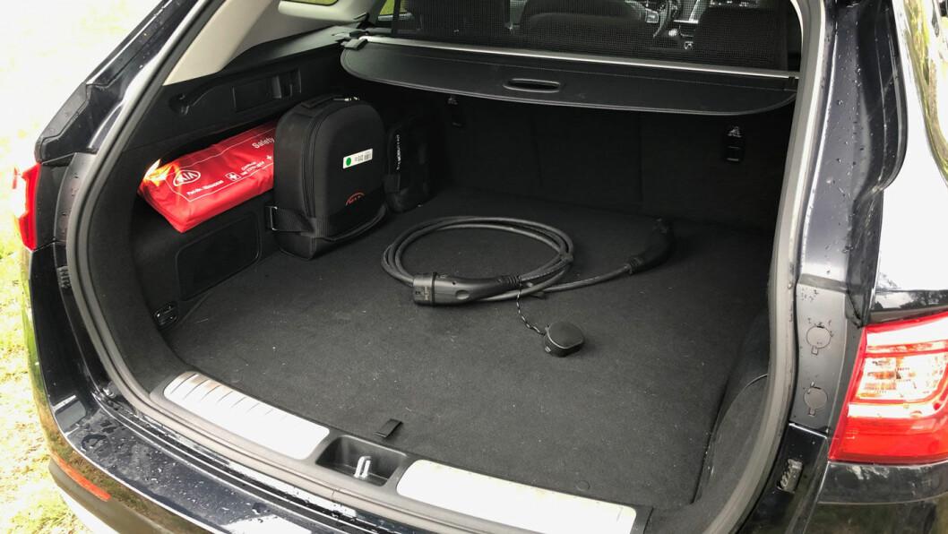 BEGRENSET: Plassen i bagasjerommet er redusert med 90 liter på grunn av batteriteknologien, men 430 liter holder for mange av oss.