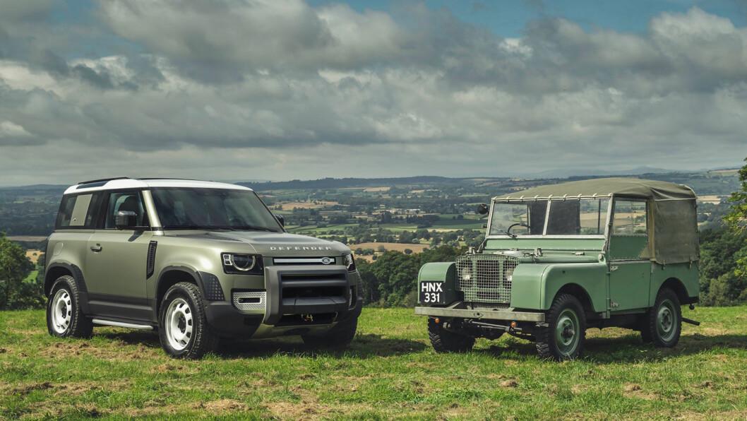 NOSTALGI: Nye Defender bærer Land Rovers stolte arv inn i 2020. Her er den avbildet med en Land Rover Serie 1 fra 1949.