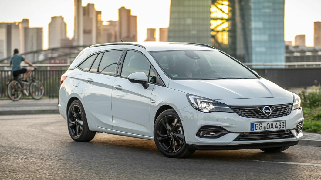 SMÅ DETALJER: Fra utsiden er de ikke enkelt å se endringene på 2020-modellen av Opel Astra stasjonsvogn. Bilen på bildet er den litt mer sporty utstyrsversjonen «GS-line», uten blanke lister rundt vinduene og med svarte felger.