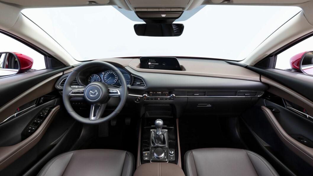HØYERE: CX-30 er bygget på Mazda 3, men har fått litt krom rundt grill og lykter, en litt annen vinduslinje – og en egen karakter.