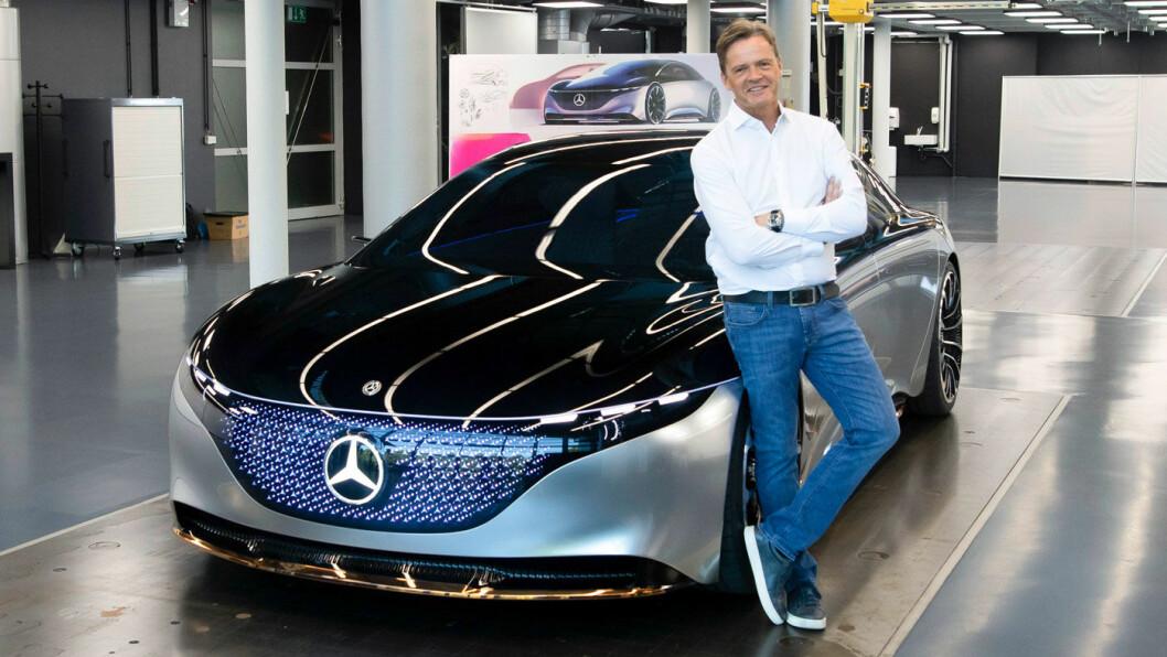 FREMTIDEN? Utviklingssjef Markus Schäfer i Daimler ved siden av en EQS.