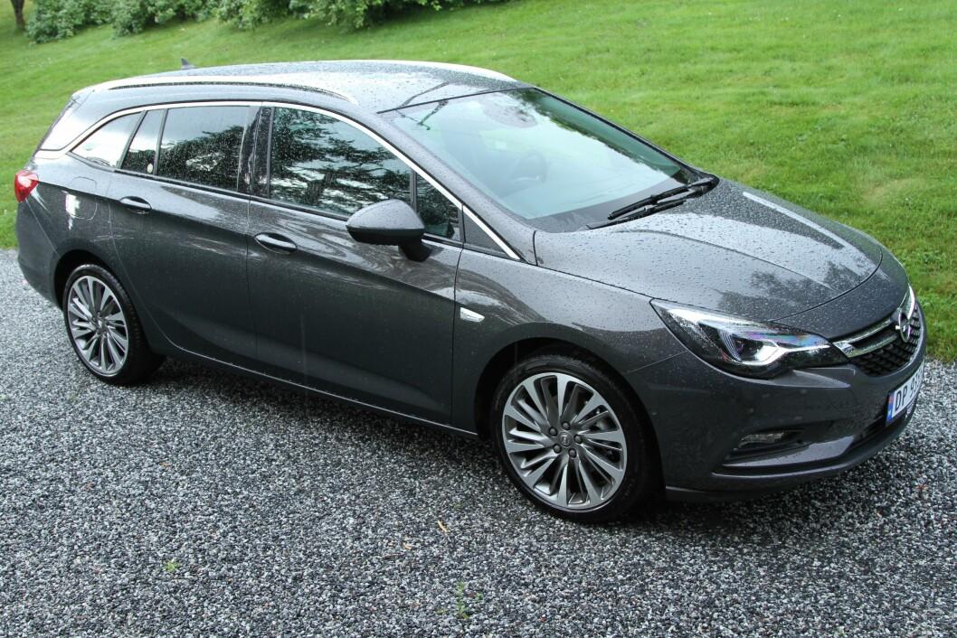 PRAKTISK: Opel Astra Sports Tourer er først og fremst praktisk, men også full av spennende utstyr. Foto: Rune Korsvoll