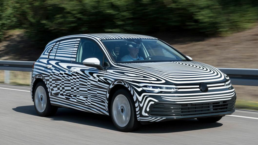 KOMMER I OKTOBER: Som man ser av dette bildet Volkswagen selv har sendt ut, så blir nye Golf lik den gamle i karosseriformen. Innvendig har det skjedd større endringer. Foto: VAG