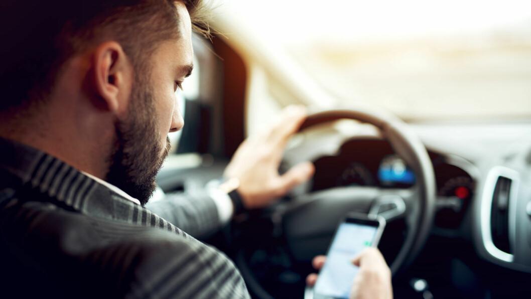 MANGE BLIR TATT: Nærmere 9000 nordmenn er tatt for bruk av mobiltelefon i bilen hittil i år. Foto: Shutterstock