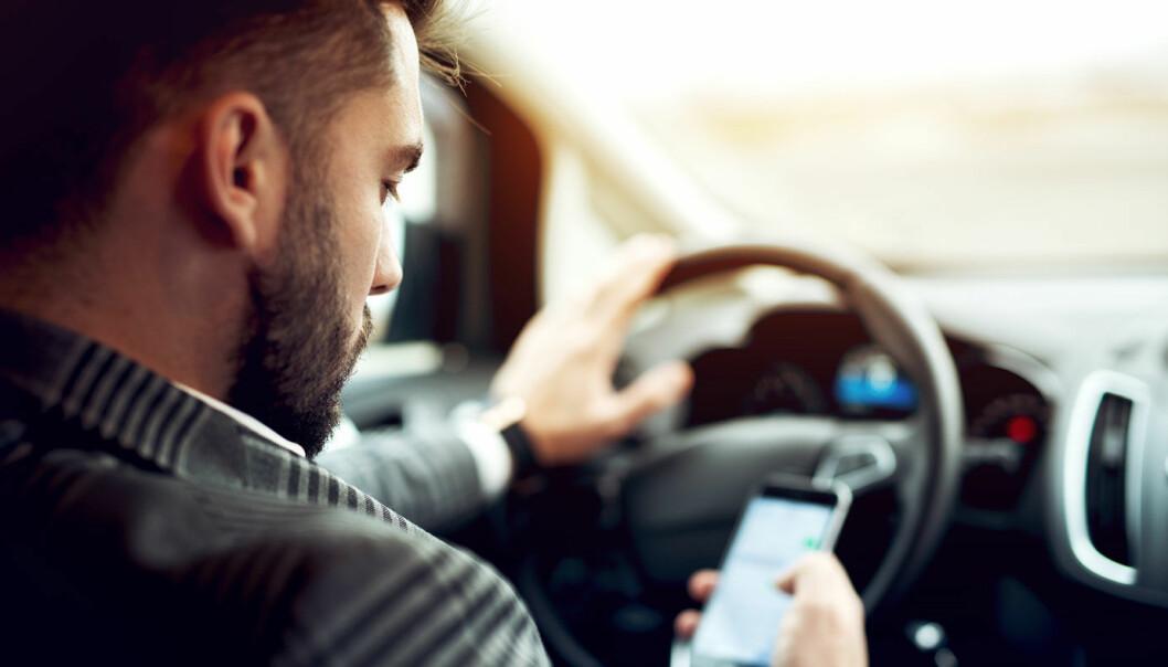 MANGE BLIR TATT: Opp mot 20.000 bilister blir tatt for bruk av håndholdt mobil i Norge løpet av et år.