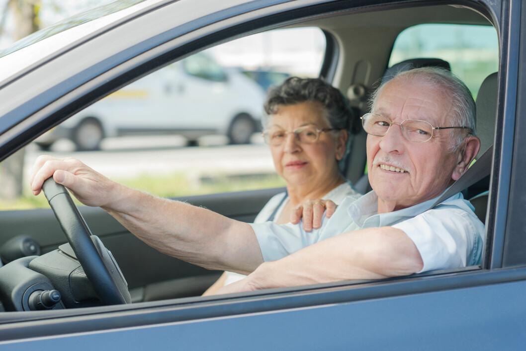 LITEN RISIKO: – Mer kjøreerfaring og mer sikkerhetsutstyr i bilene, bidrar til at eldre førere nå knapt har høyere risiko i trafikken enn yngre, sier trafikkforsker Rune Elvik i TØI. Foto: Colourbox