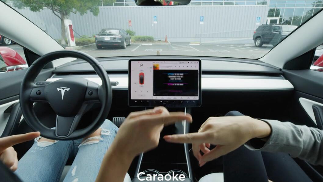 SYNG MED: Aldri mer et stille øyeblikk på ladeplassen, når det kommer karaoke i bilen. Foto: Skjermdump fra Tesla