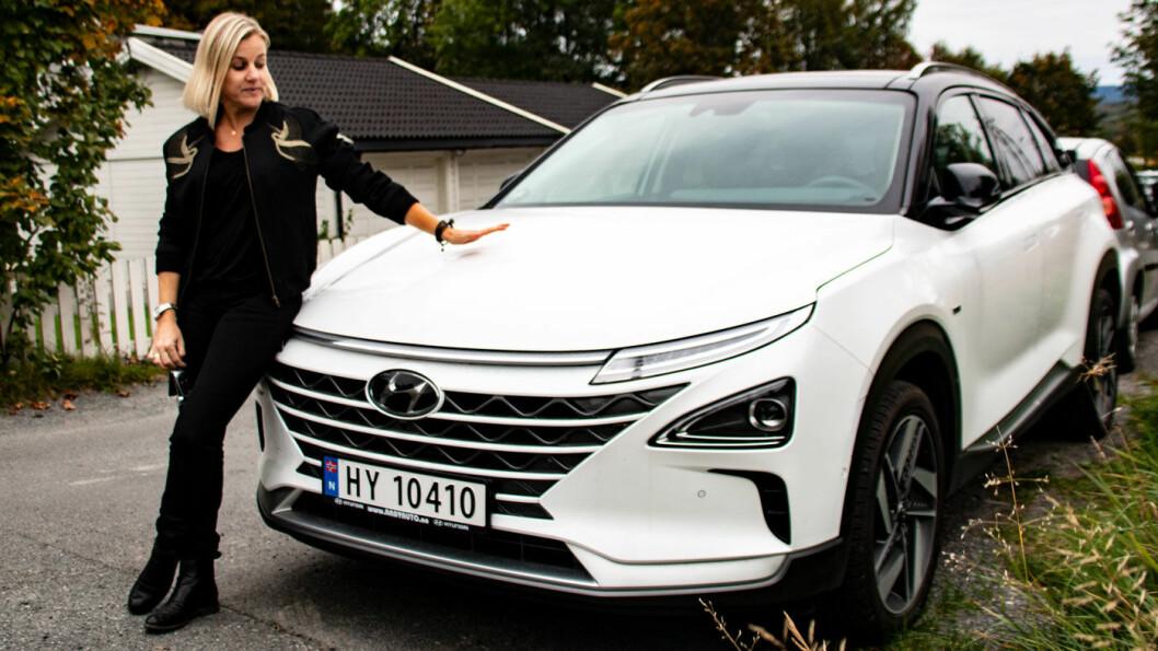 URETTFERDIG: – Det skulle ikke vært lov å selge biler i Norge som ikke kan kjøres på norske veier. Det føles veldig urettferdig at vi som forbrukere skal bli sittende igjen med hele regningen, sier Margrethe Wam Solvang – som har to hydrogenbiler hun ikke får kjøre. Foto: Peter Raaum