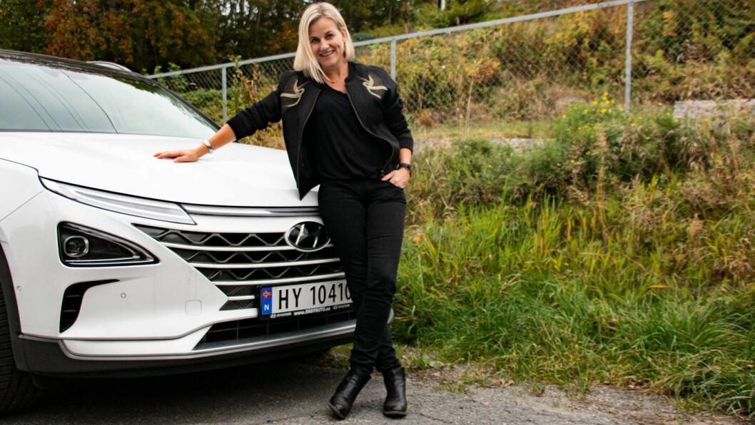 GLAD: Margrethe Wam Solvang og resten av familien kan glede seg over at de omsider kan kjøre hydrogenbilen sin igjen.