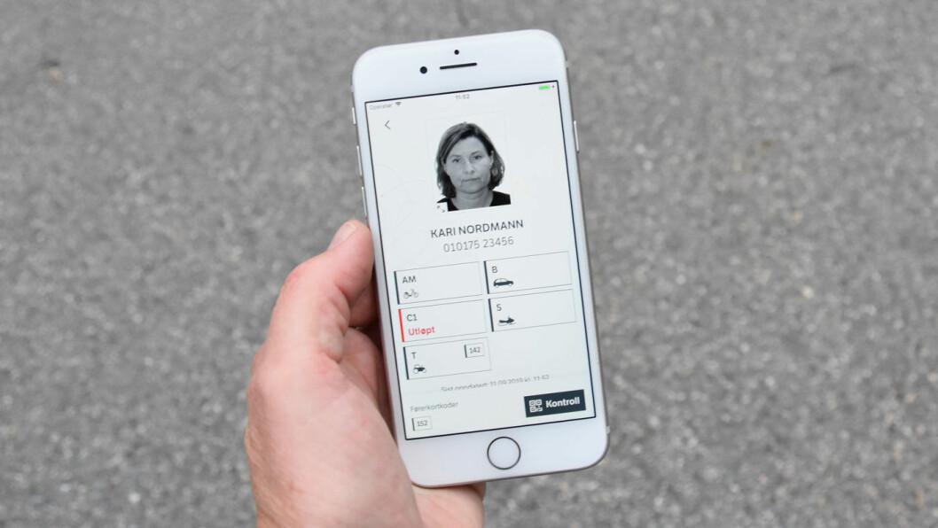 GLEM KORTET: Nå kan førerkortet lastes ned til en app på telefonen din. Foto: Statens vegvesen