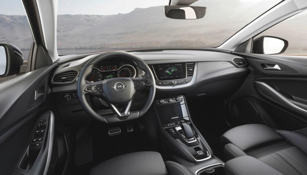 <b>UNDER SPEILET:</b> Fra sjåførposisjon er det knapt mulig å se den blå lampen som sitter i underkant av speilet inne i bilen.