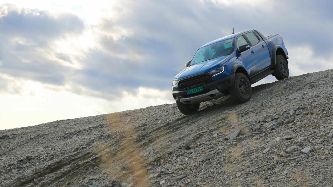KOMMER FRAM: Ford Ranger Raptor er kledd for de aller største utfordringene i terrenget, med ekstrem bakkeklaring og framkommelighet. Foto: Ford Norge