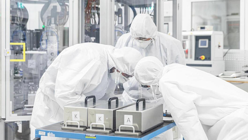 SATSER: VW-konsernet er i gang med å bygge opp sin egen batterifabrikk, som skal stå produksjonsklar om tre-fire år. Men arbeidet med å utvikle ekspertise og løsninger er allerede godt i gang. Foto: Volkswagen AG