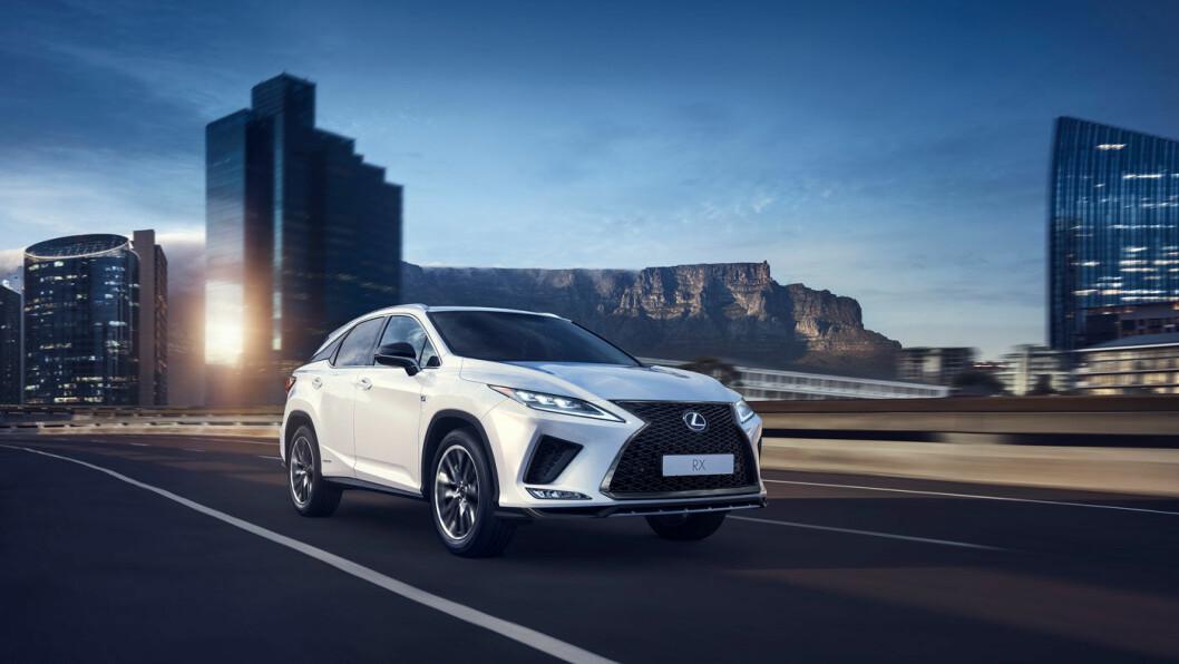 SMÅ ENDRINGER: Lexus RX i faceliftet utgave er ikke særlig annerledes enn den utgående modellen, sett utenfra. Men under skallet er det gjort den del endringer.