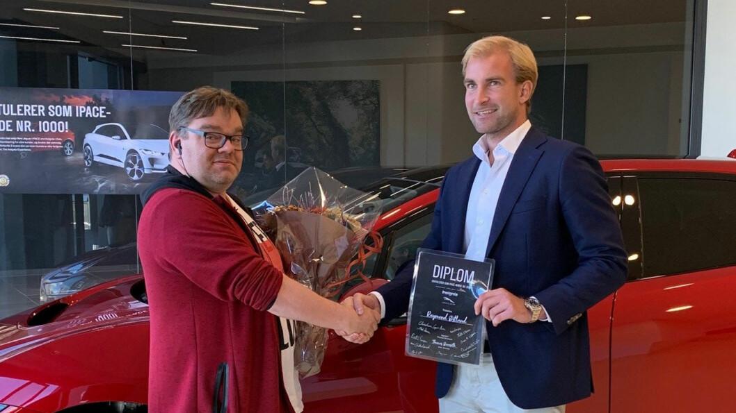 1000 TAKK: Raymond Østlund (t.v.) ble I-Pace-kunde nummer 1000 hos Insignia. Her får han overrakt sin nye bil av salgs- og markedssjef Mads Dessen.