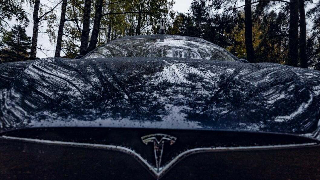 LIKHET: Tesla-logoen og korset på taket. Det er en viss likhet… Foto: Krister Sørbø.