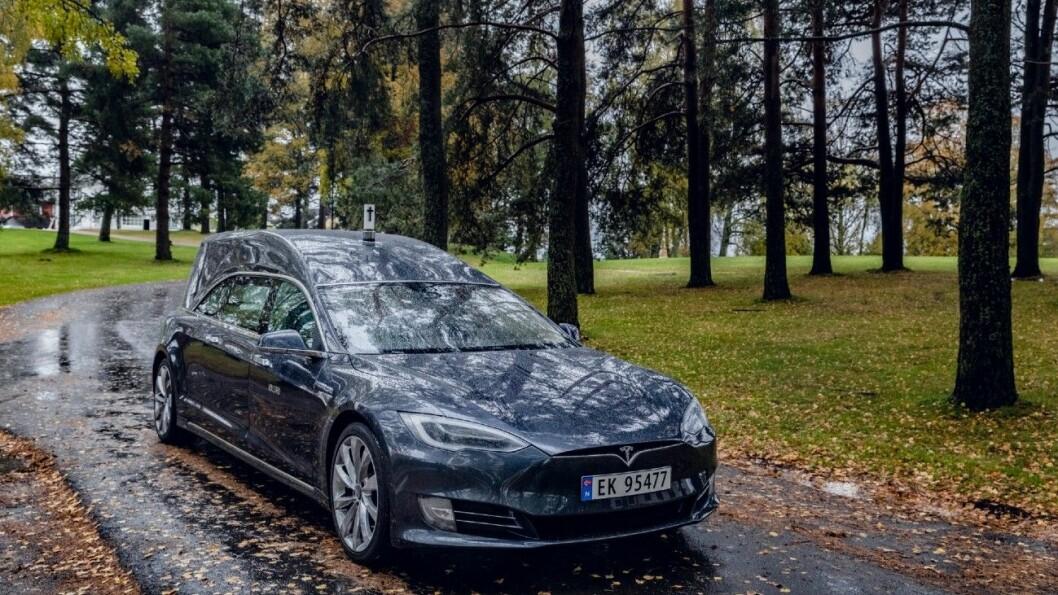 LANG OG HØY: Teslaen er forlenget og forhøyet, og er totalt over seks meter lang. Foto: Krister Sørbø.