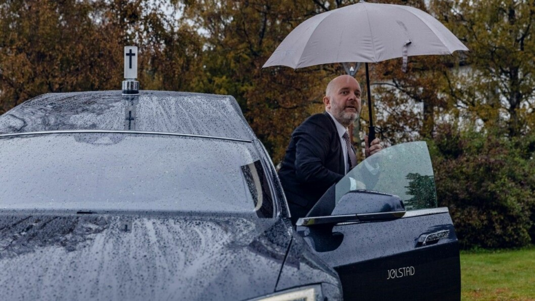ENTUSIAST: Odd Borgar Jølstad trives i Teslaen. Også privat kjører han elektrisk. Foto: Krister Sørbø