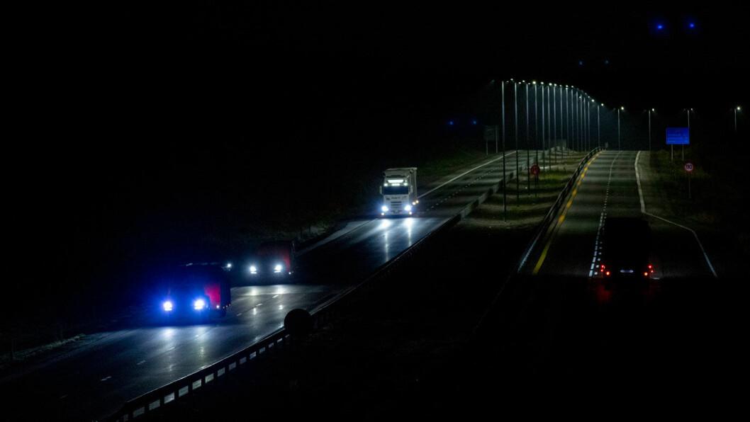 LYST OG MØRKT: Mens brua over E6 er opplyst med stemningsbelysning, er den firefelts motorveien under brua helt mørklagt. 200 meter bortenfor har Nye Veier åpnet sin motorvei, med veilys. Foto: Geir Olsen