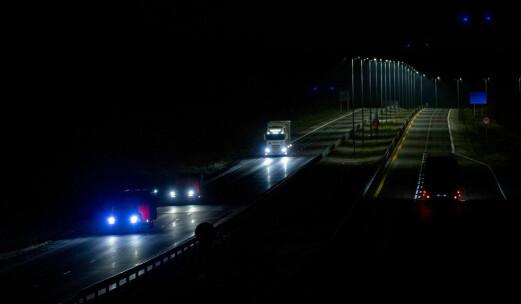 Tror du det er tryggest MED eller UTEN lys langs veien?