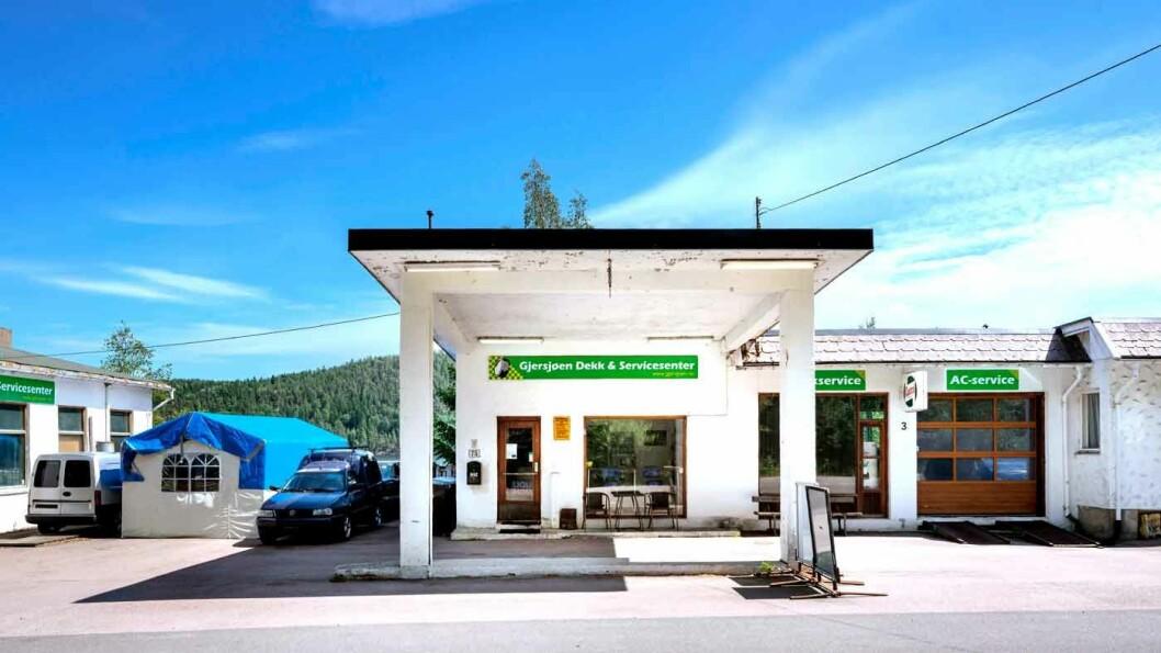 FORTSATT I DRIFT: Den gamle bensinstasjonen ved Oppegård i Akershus huser i dag Gjersjøen Dekk & Servicesenter. Foto: Øivind Møller Bakken, MiA