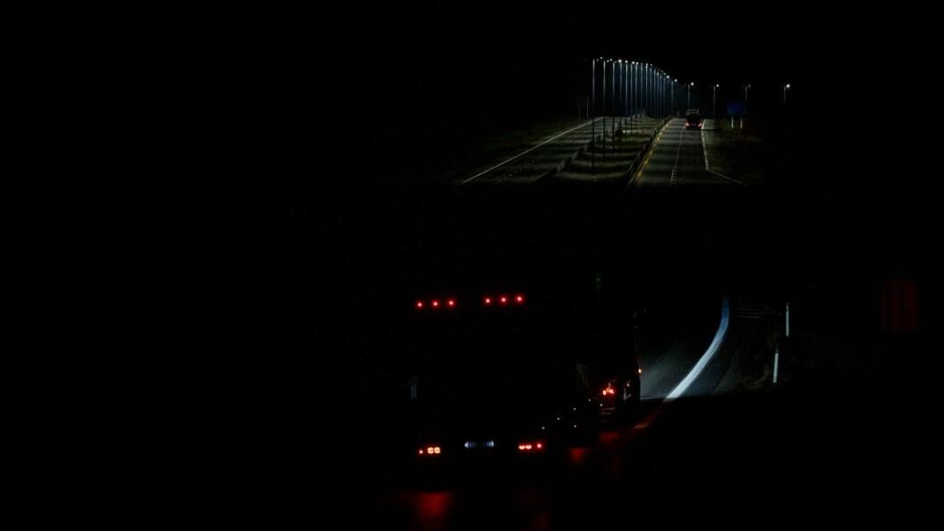 UT AV MØRKET: Etter nesten seks mil på mørklagt E6 kommer du ut i lyset på Kolomoen i Stange. Foto: Geir Olsen