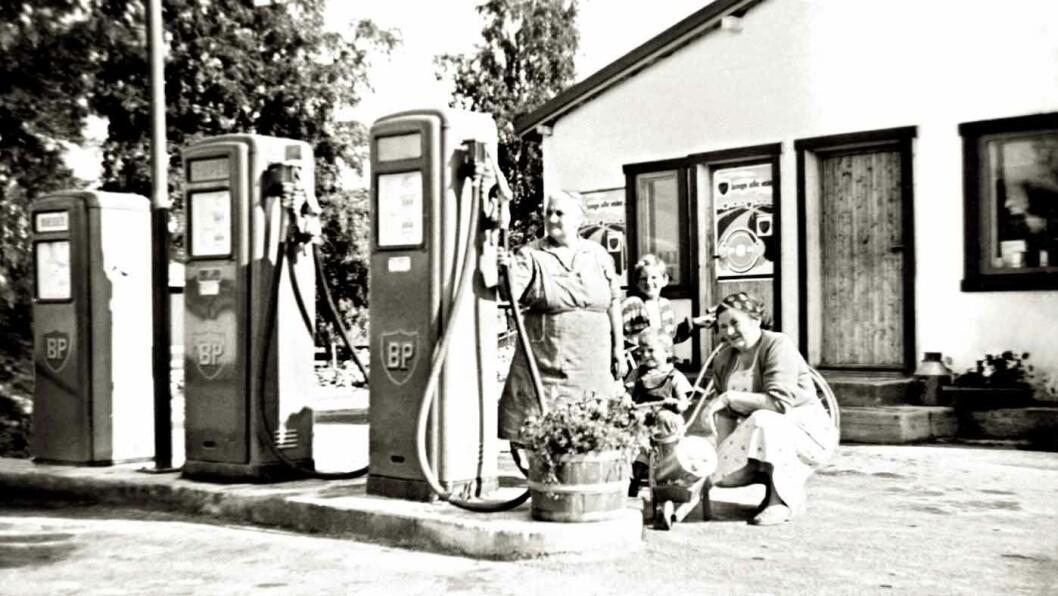 BETJENTE PUMPER: På Opakermoen på Nes i Akershus stod det tre pumper fra BP i 1958. Foto: MiA
