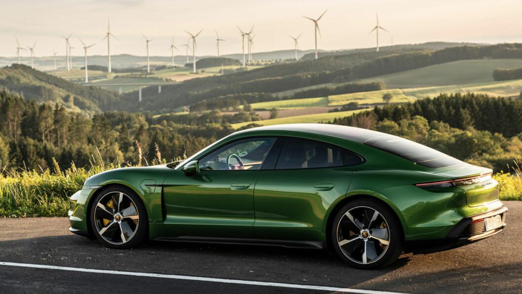 SPAREPORSCHE: Nå får du en heleelektrisk Porsche Taycan til prisen av dyreste Tesla Model S. Taycan S4 koster fra 900.000 kroner, bilen på bildet er riktignok er den dyreste, Turbo S, i mamba grønn metallic.