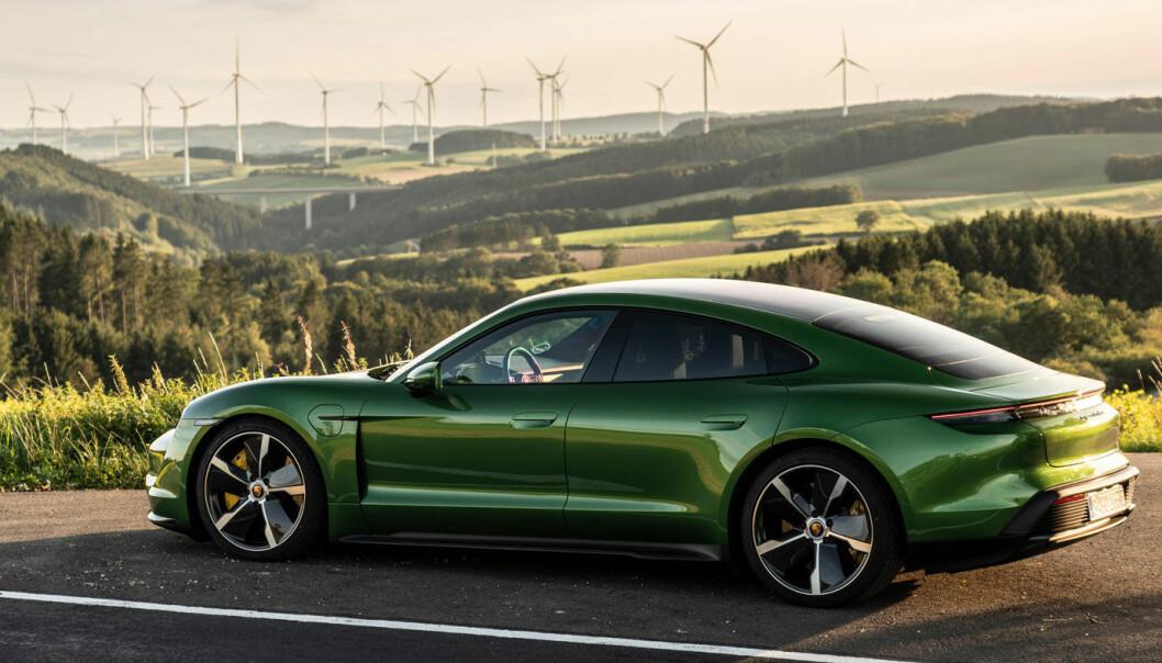 """<span class="""" font-weight-bold"""" data-lab-font_weight_desktop=""""font-weight-bold"""">SPARER EN HALV MILL: </span>Råskinnet Porsche Taycan Turbo S, her i mamba grønn metallic, ville kostet 477.643 kroner mer med vanlige kjøpsavgifter."""