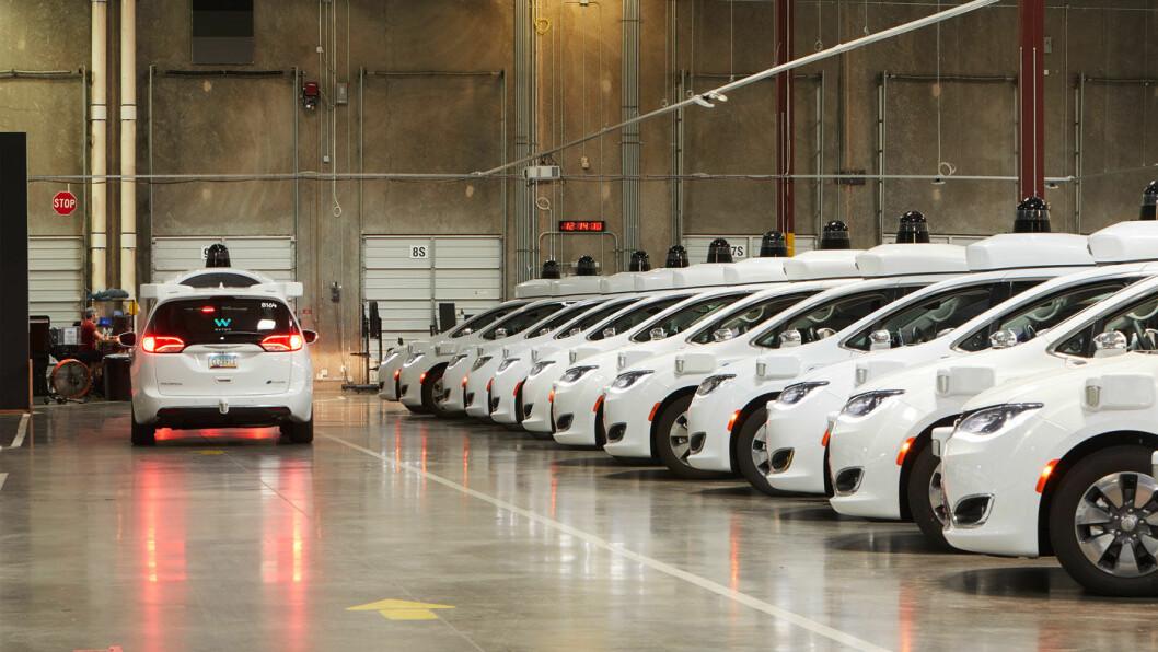 KLAR FOR KØ: En parade av selvkjørende Waymo-biler på Google-selskapets depot i Chandler, Arizona. Foto: Waymo