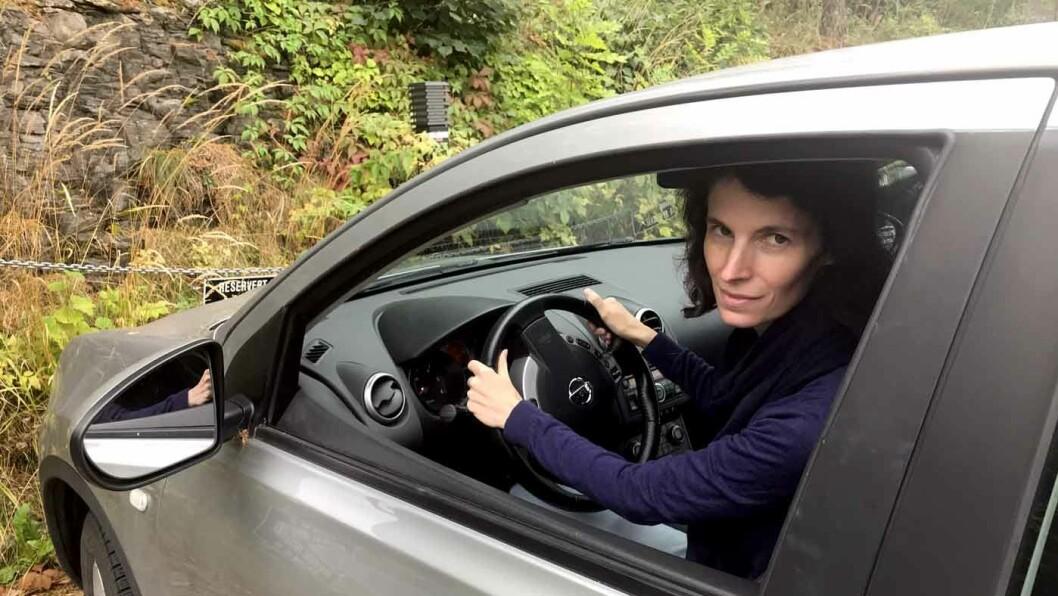 STORE FORSKJELLER: Estelle Fohr-Prigent (t.h.) fikk 8000 kroner i bot og mistet retten til å kjøre bil i fem måneder etter å ha dultet inn i bilen foran. Foto: Lina Schøyen