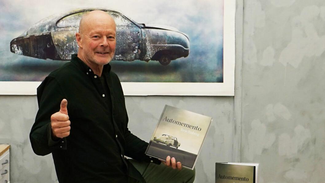 BOKSMYKKE: Grafikeren Terje Risberg med boka som er del av hans «Automemento»-prosjekt. Foto: Marius Kromvoll