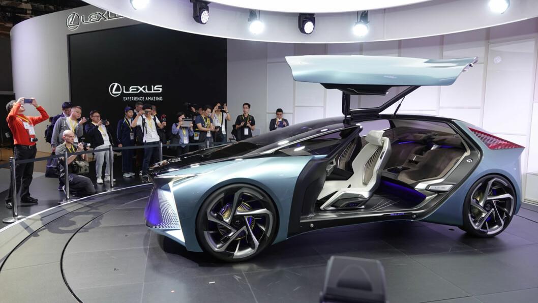 HELLO, TESLA: Lexus kommer med sin første helelektriske bil i 2020, men denne LF-30-konseptmodellen som ble vist i Tokyo er faktisk deres elbil nummer to. Debutmodellen presenteres i Kina i november Foto: Peter Raaum
