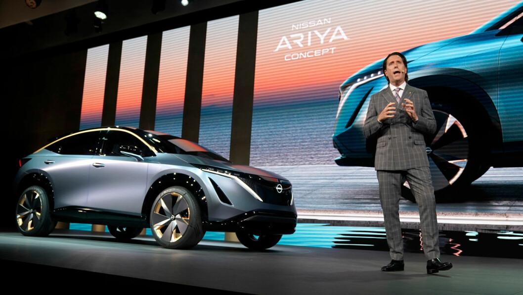 DEN NESTE: Nissan designsjef Alfonso Albaisa presenterte merkets nye el-SUV – Ariya – på bilutstillingen i Tokyo i natt.
