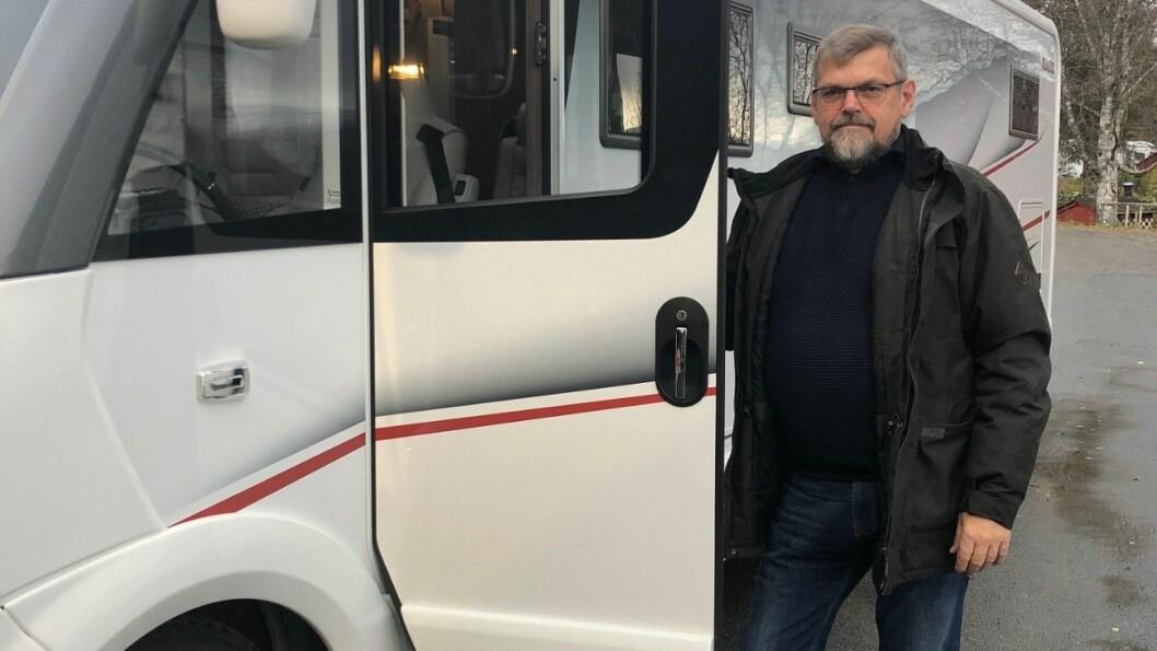 FORTVILET: Kjell Sverre Jakobsen kan bare ta med seg maksimalt tre passasjerer uten bagasje, selv om bobilen har god plass til fem personer – med masse bagasje. Foto: Privat