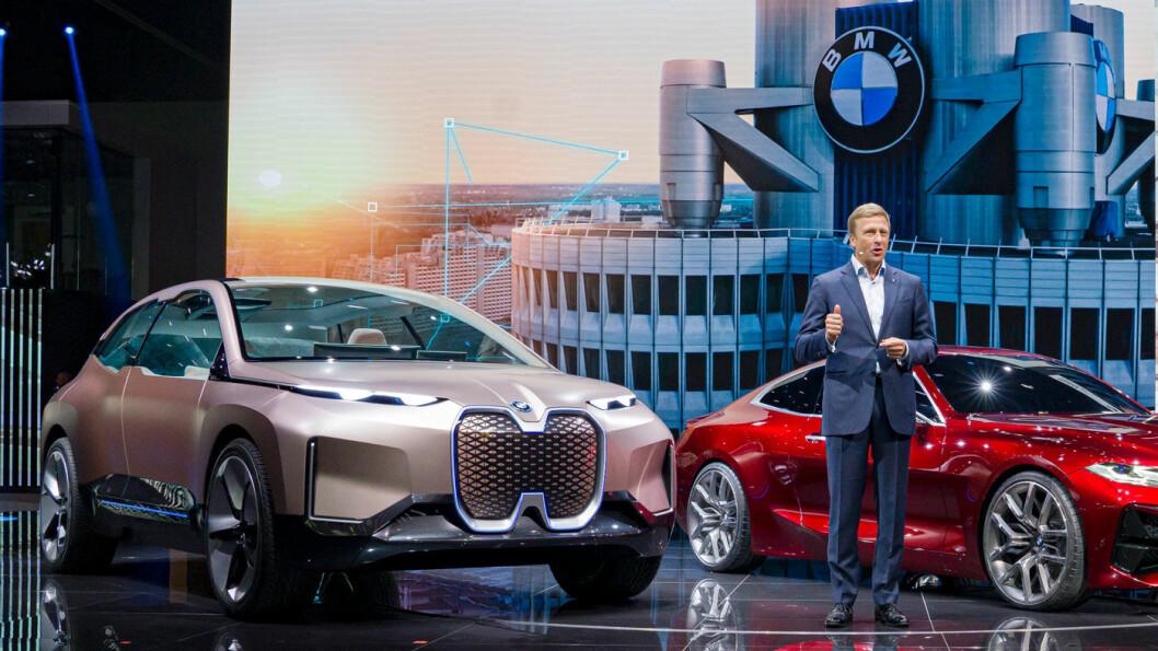 MER i3: BMW-sjefen Oliver Zipse, her ved siden av det kommende elbil-monsteret iNext under årets Frankfurt-utstilling, lover at populære i3 vil komme med forbedret batteripakke. Foto: Peter Raaum