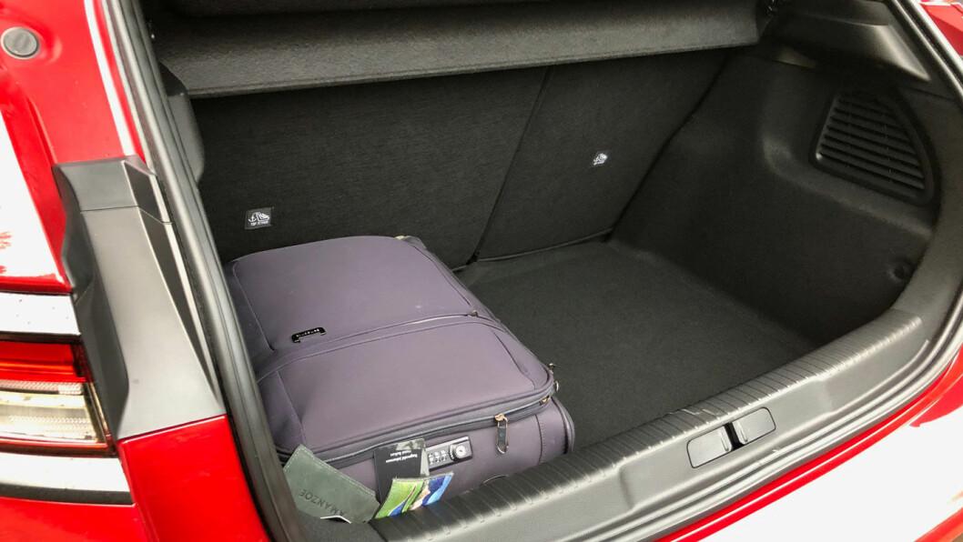 STORT BAGASJEROM: 350 liters bagasjevolum er ganske mye i en liten bil som dette.