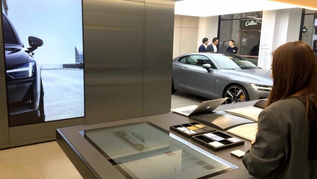 DESIGN DIN EGEN BIL: Når du legger farge- og tekstilprøver på en digital plate får du opp bildet av kombinasjonen på skjermen på veggen.