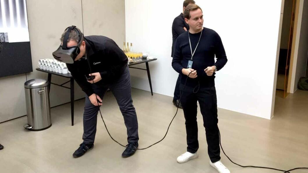 OPPLEVELSEN: Med VR-briller kan du oppleve Polestar i ulike omgivelser. Veldig virkelighetstro, selv om det ikke ser sånn ut i virkeligheten.