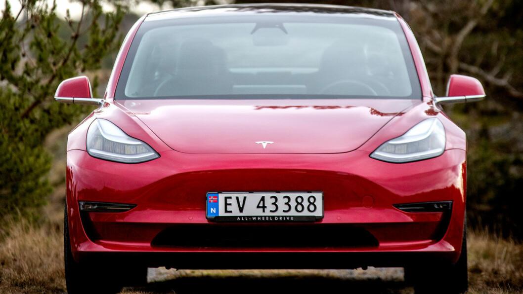 BEDRE OG BEDRE: Klagene har vært mange, men antallet er kraftig fallende for Tesla Model 3, i følge en stor undersøkelse. Model 3 er Norges klart mest solgte bil i år. Foto: Tomm W. Christiansen