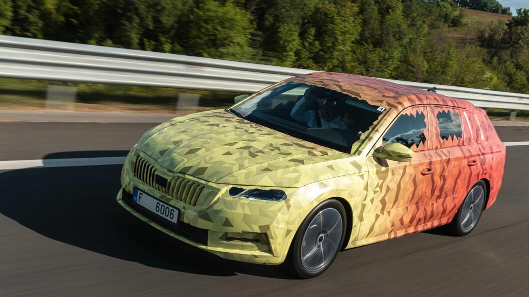 SNART KLAR: Mange venter på en ny Skoda Octavia. Som diesel er den romslig og svært hengervennlig. Som ladehybrid blir den også mer lønnsom for mange. Foto: Skoda